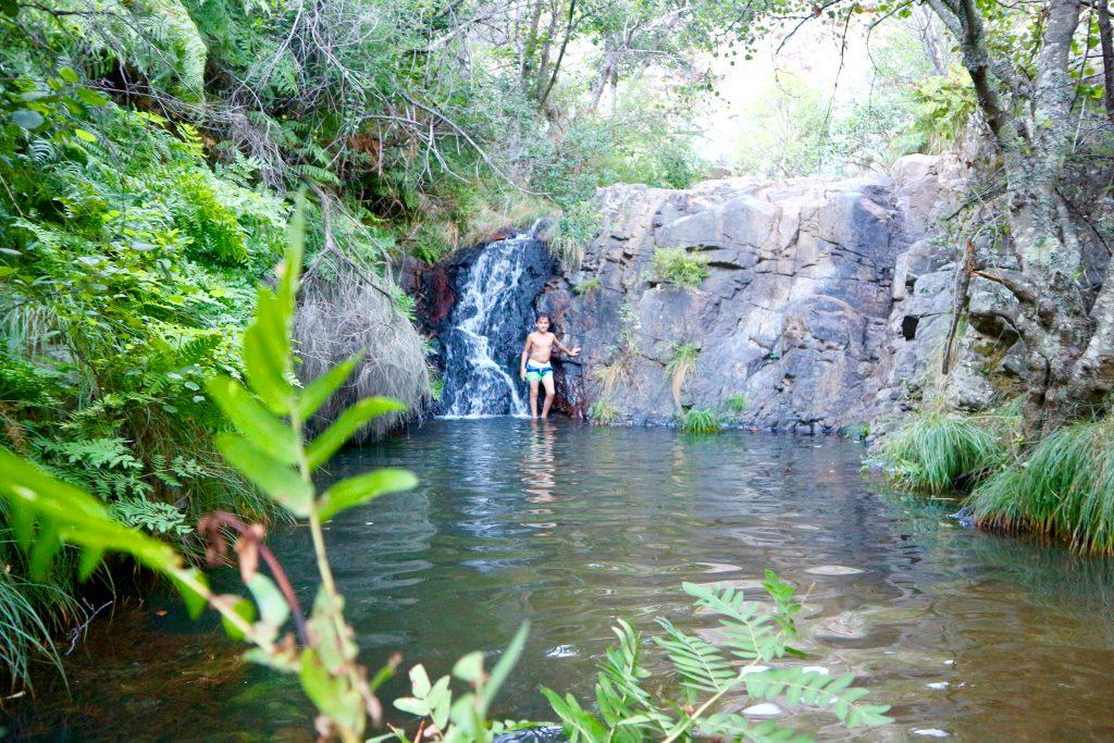 Kleiner Wasserfall am Flussstrand Praia Fluvial do Penedo Furado