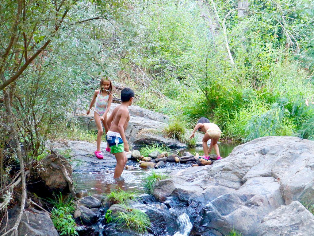 Kinder am Flussstrand Praia Fluvial do Penedo Furado