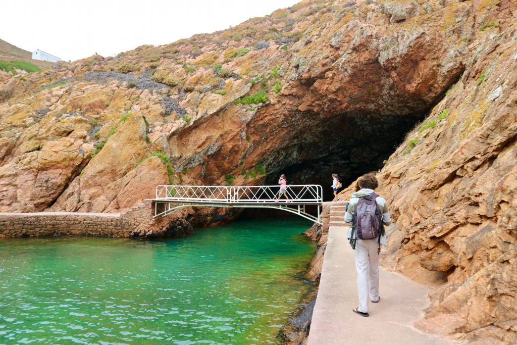 Praia do Carreiro do Mosteiro mit Grotte auf den Berlenga Inseln